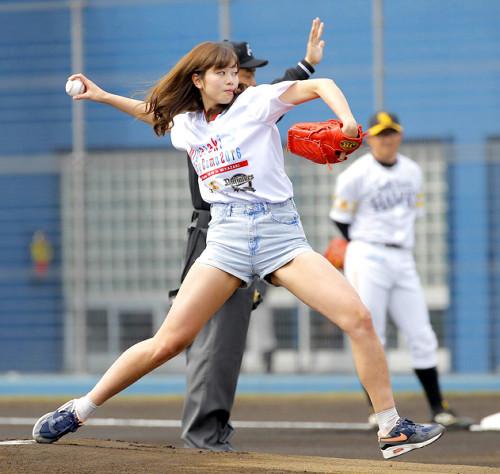 始球式にショートパンツで登場、投球フォームを披露した稲村亜美