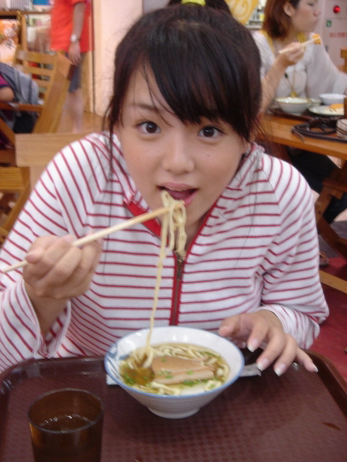 うどんを食べる篠崎愛