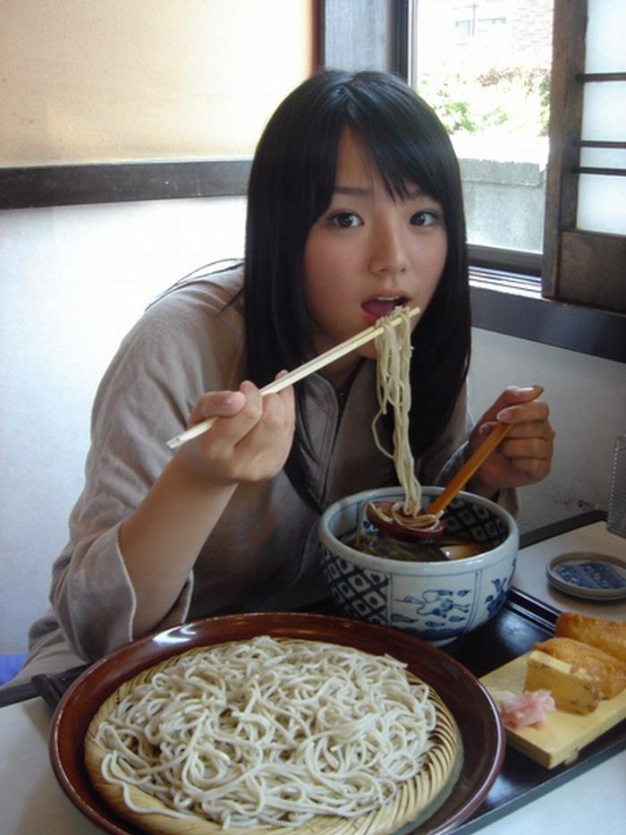 蕎麦を食べる篠崎愛