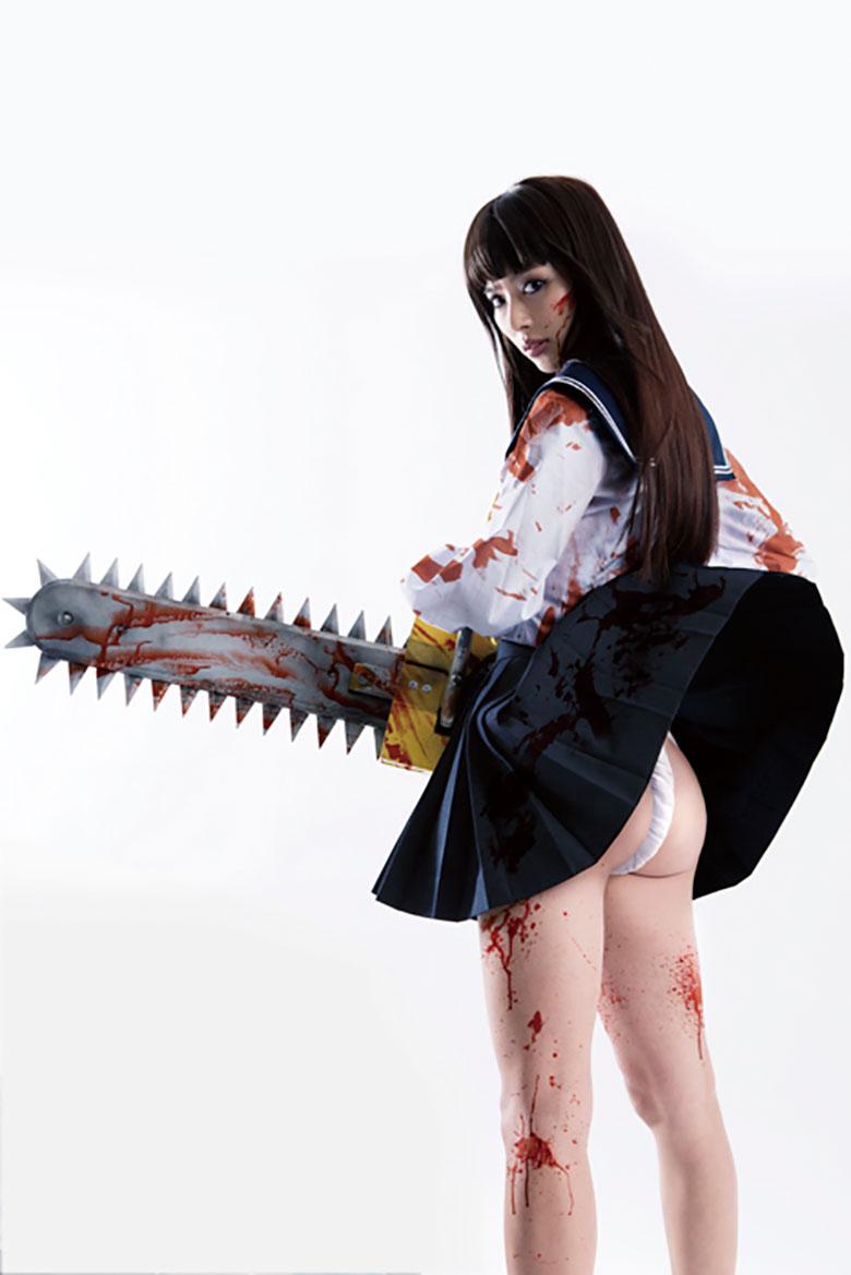 映画「血まみれ スケバン チェーンソー」でセーラー服でふんどし尻を見せてる内田理央