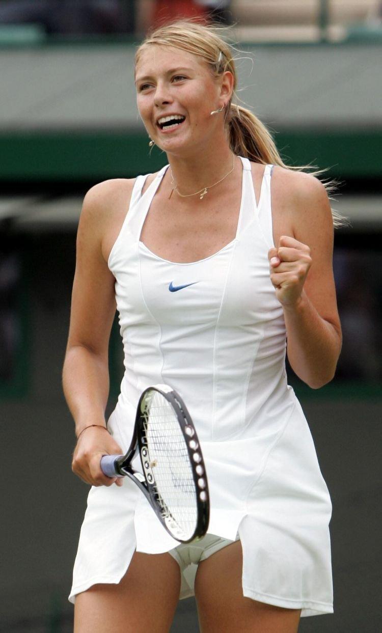 テニスウェアがめくれてパンチラ、マンスジが見えてるマリア・シャラポワ