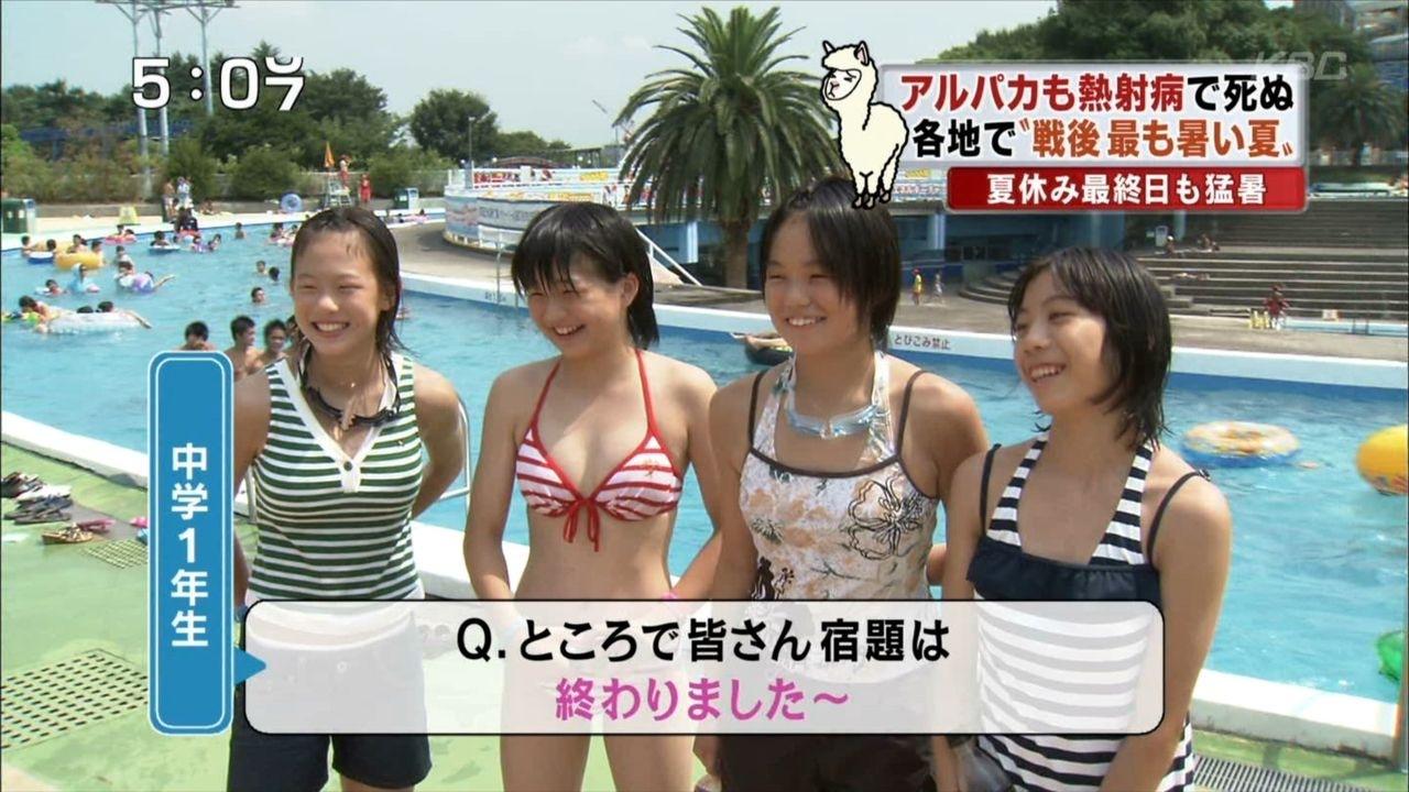 水着を着た日本の女子小学生
