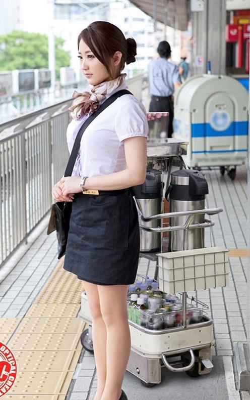 パイスラッシュしてるタイトスカートの新幹線乗務員