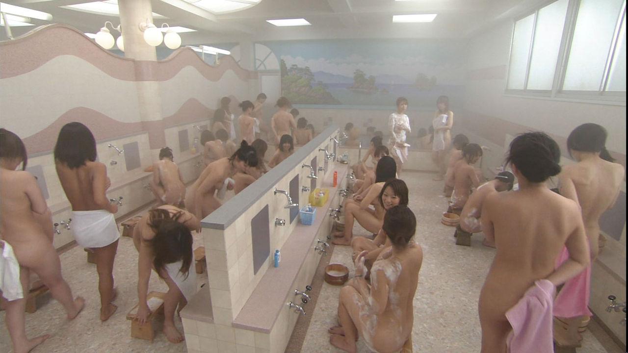女湯シーンでうつった入浴中の裸の女