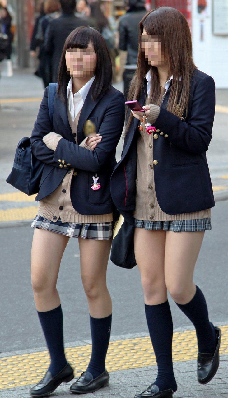 超ミニスカート制服を着た女子高生の太もも