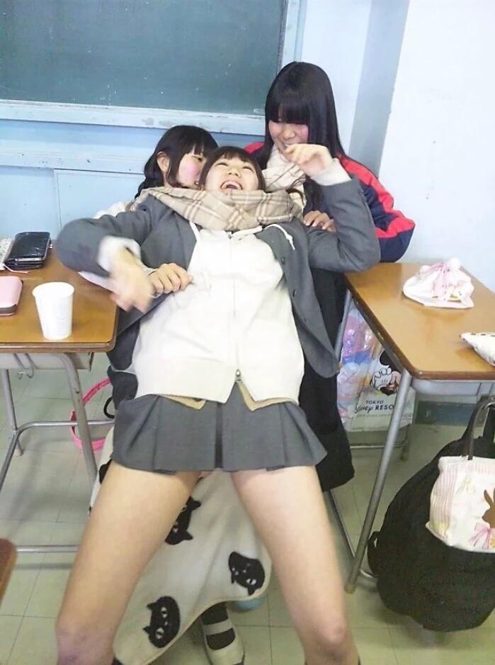 超ミニスカート制服を着た女子高生