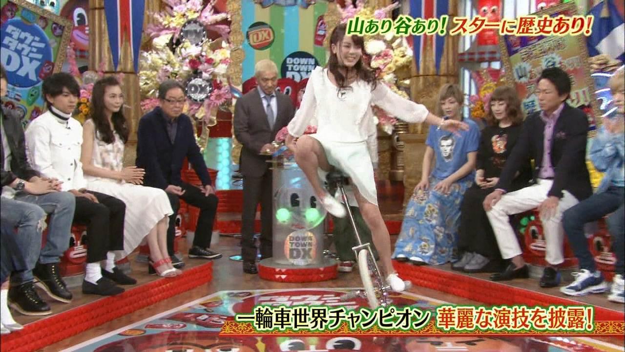 日テレ「ダウンタウンDX」で一輪車に乗った佐藤彩香のパンチラ