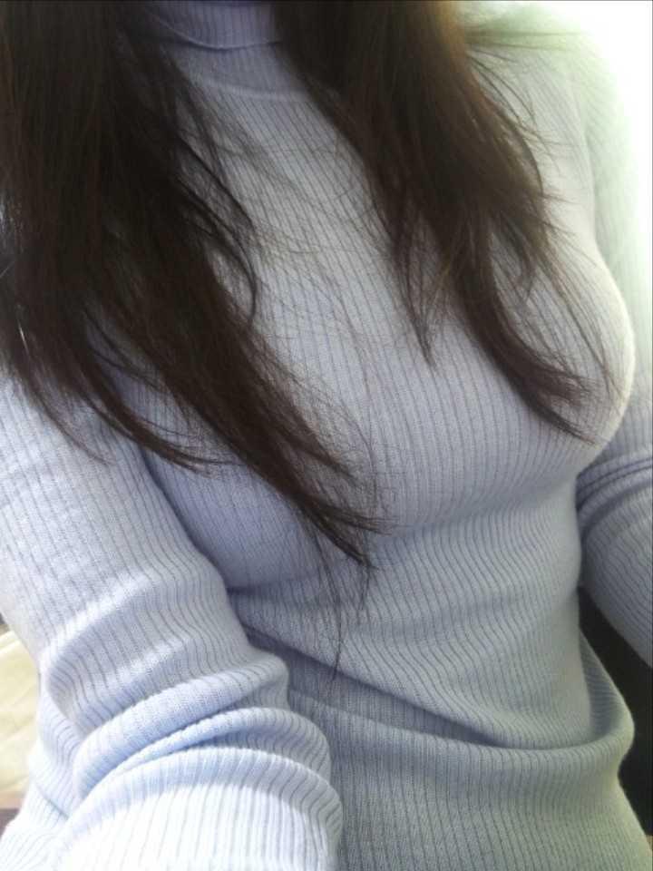 タートルネックニットを着た女の着衣巨乳