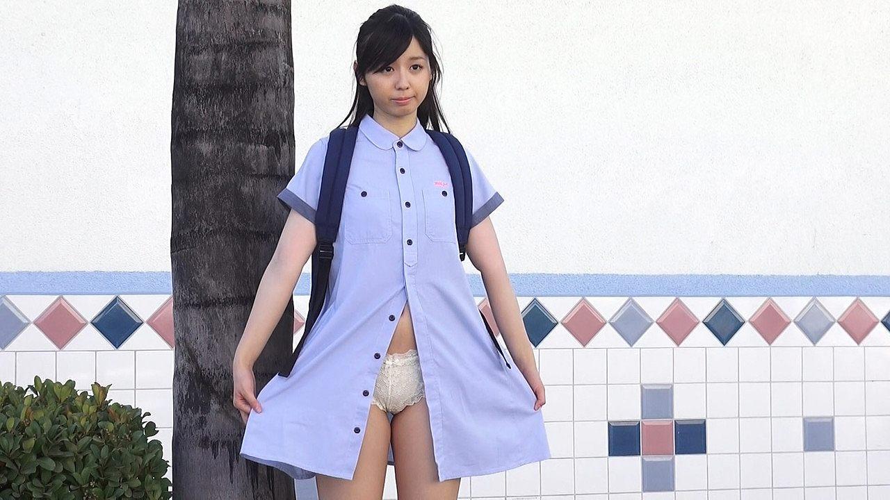 DVD「リナトリップ」、街中でパンツを晒している小池里奈