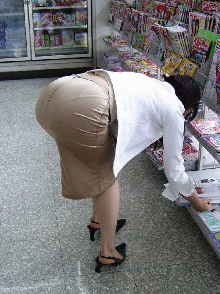タイトスカートでかがんでパン線うきまくりの女