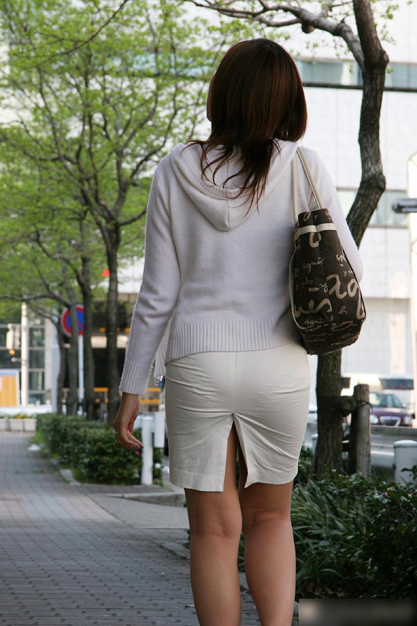 タイトスカートでかがんでパン線が見えまくりの女