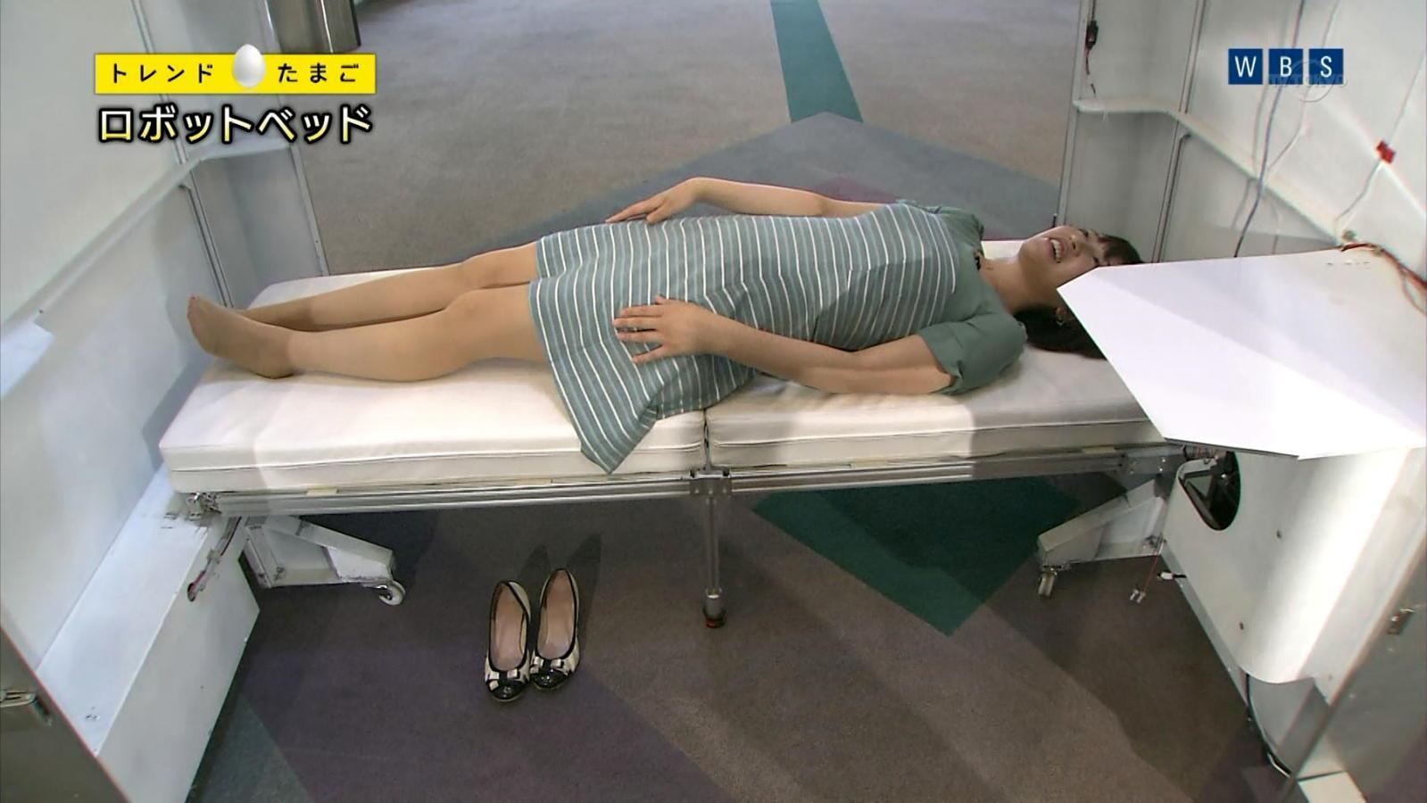 「ワールドビジネスサテライト」トレンドたまご、ミニスカワンピース衣装でベッドに横たわる相内優香