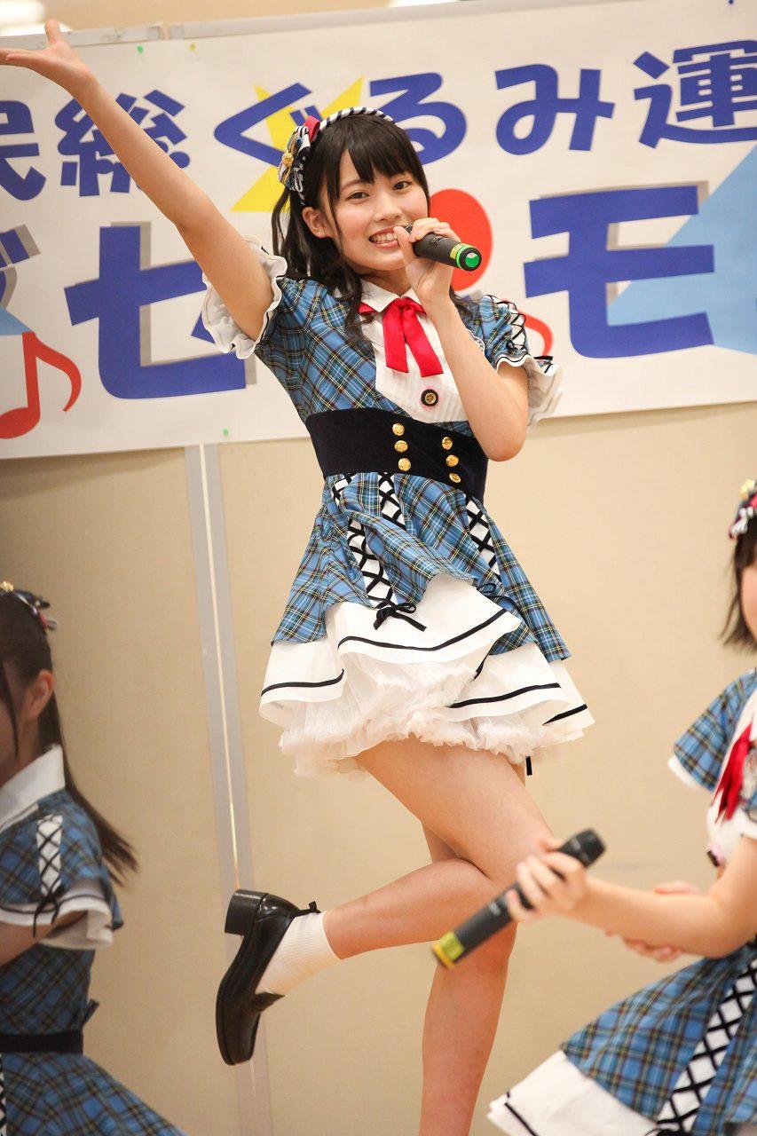 超ミニスカート衣装で歌うAKB48・岡部麟の太もも