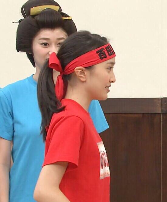 Tシャツを着た百田夏菜子の着衣横乳