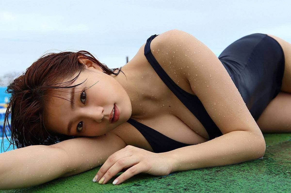 篠崎愛のスクール水着グラビア
