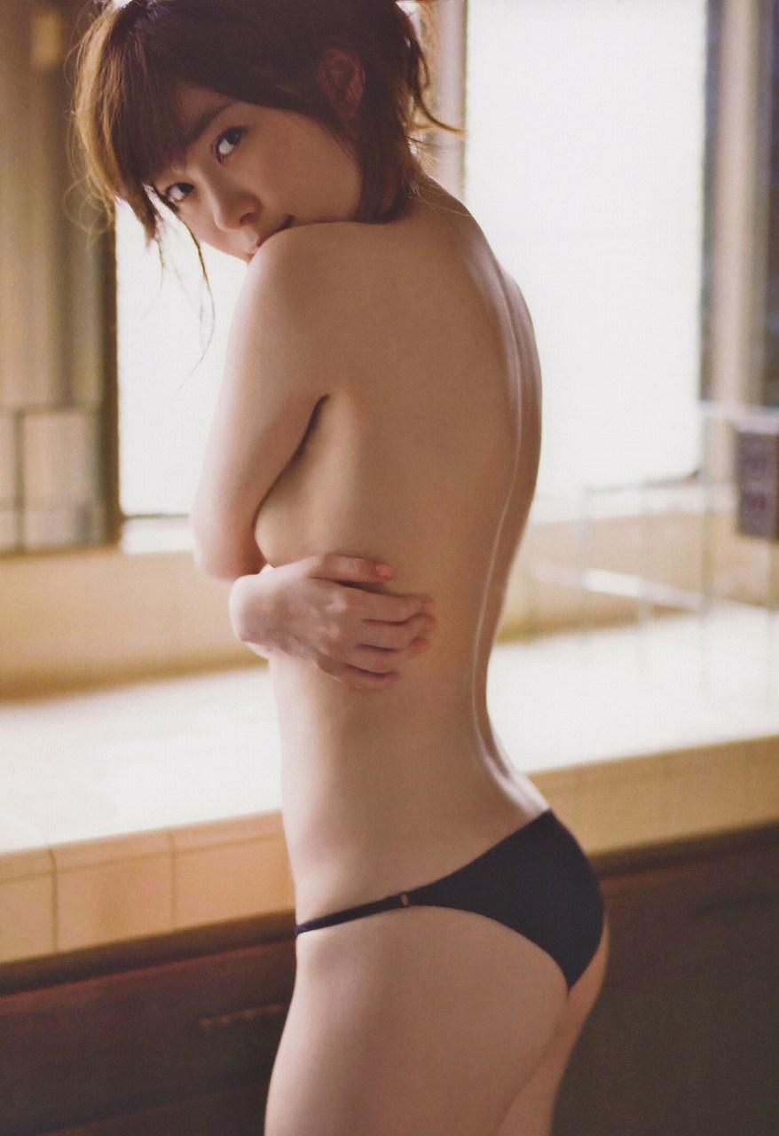 指原莉乃の写真集「スキャンダル中毒」画像(指原莉乃の手ブラ)