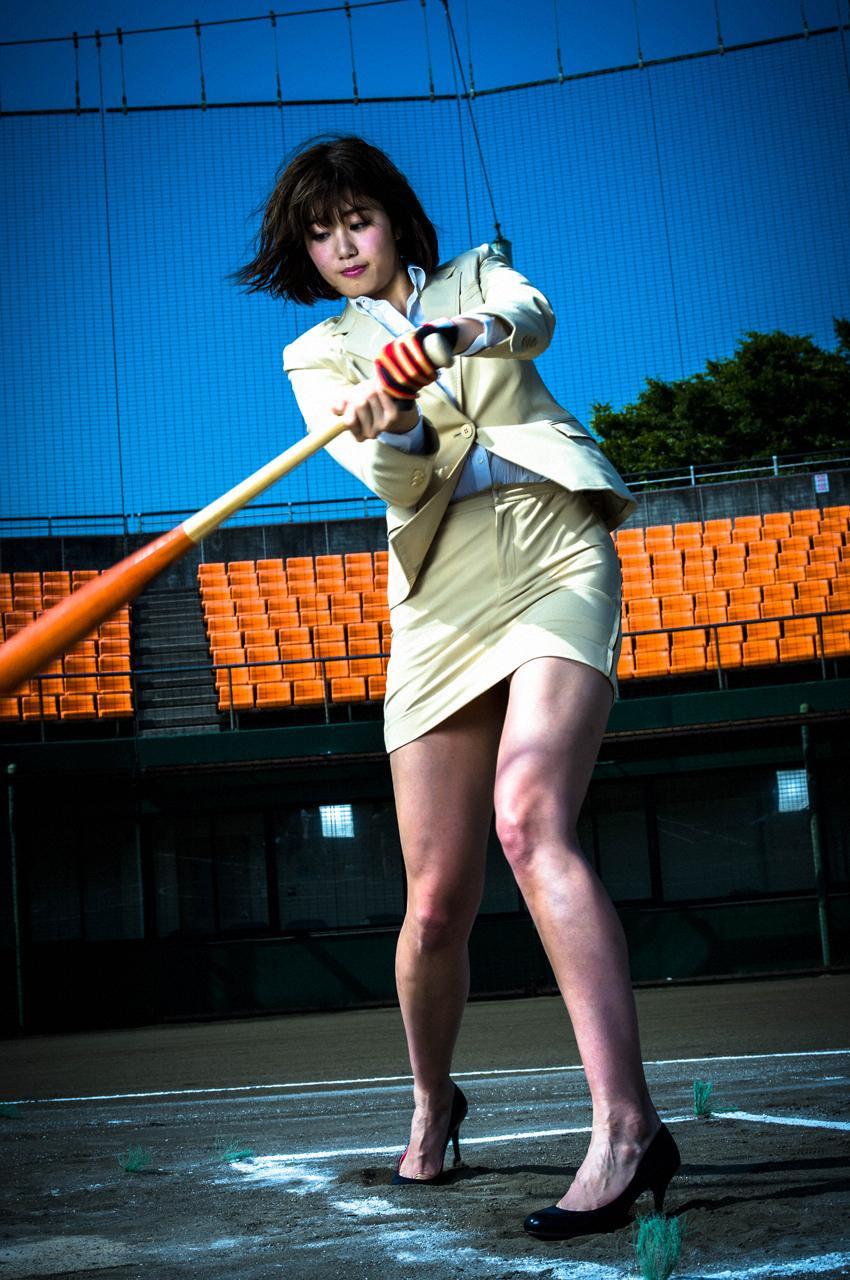 タイトスカートのスーツ姿でスイングする稲村亜美