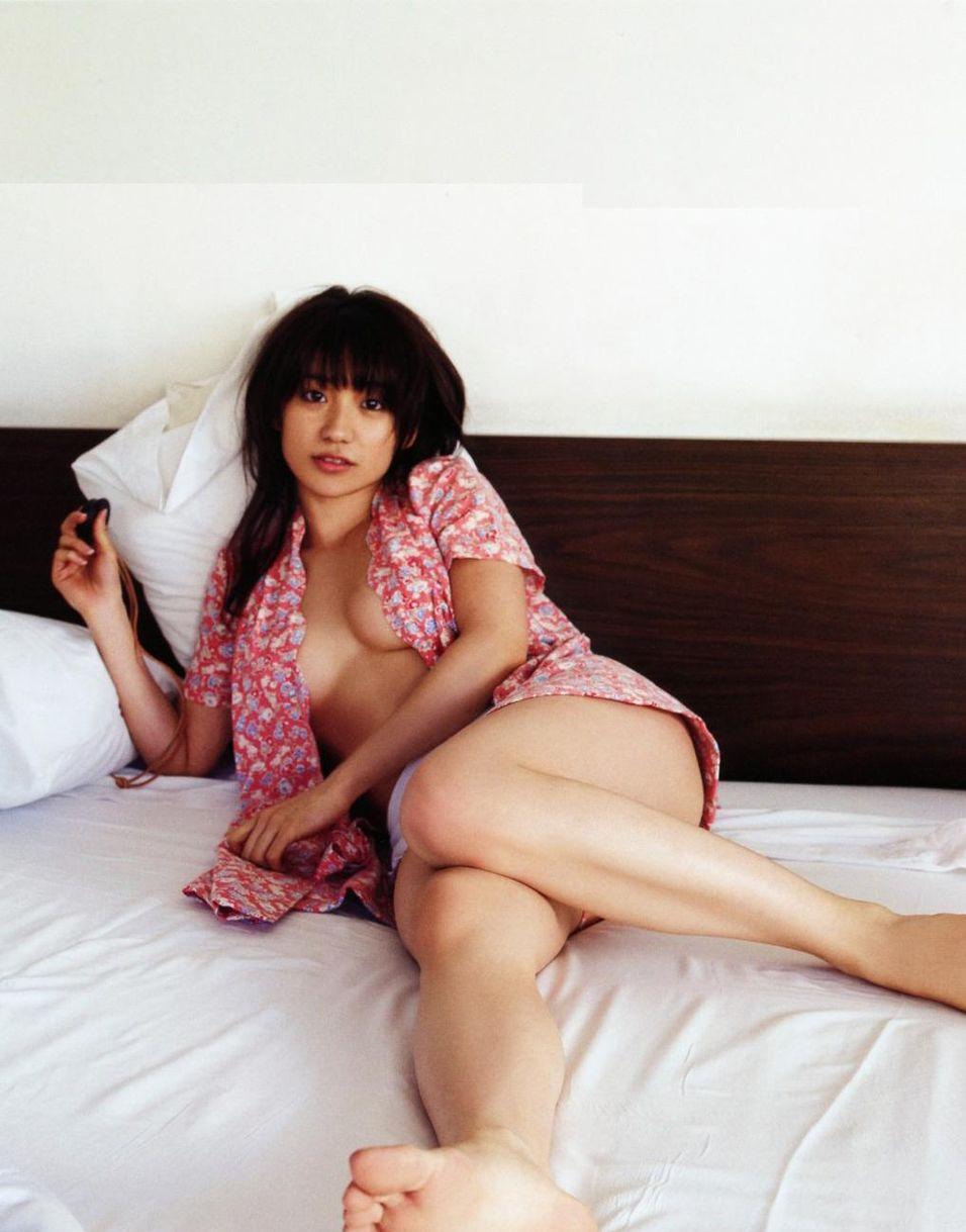 大島優子のノーブラおっぱいグラビア