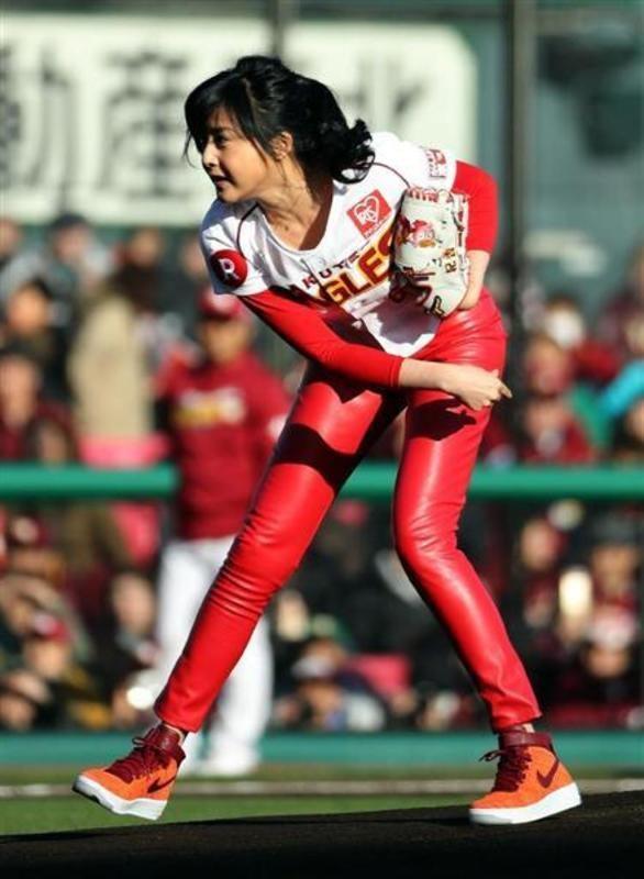 開幕戦の楽天対ソフトバンク、真っ赤なピチピチパンツで始球式を行った藤原紀香