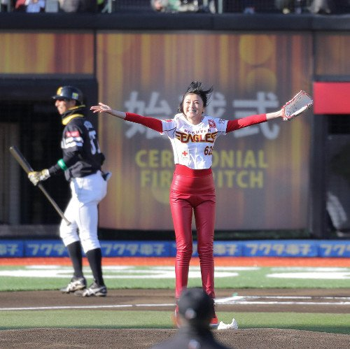 開幕戦の楽天対ソフトバンク、真っ赤なパンツで始球式を行った藤原紀香