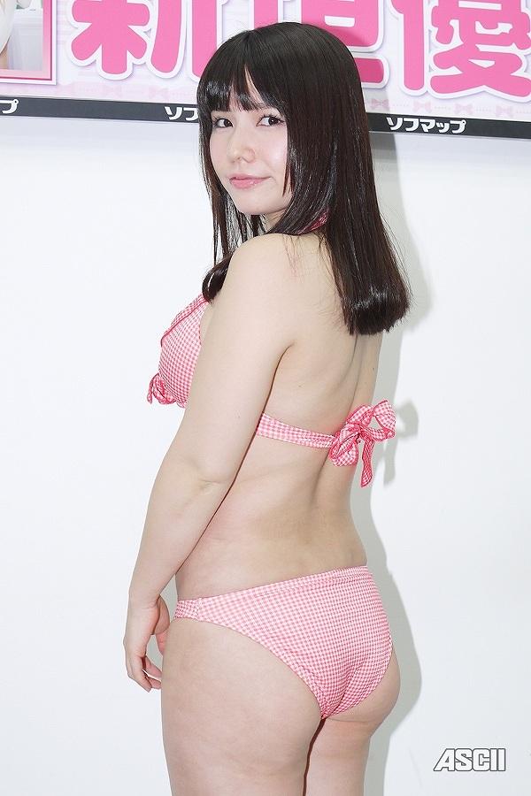1stDVD「聖女伝説」の発売記念イベントでソフマップに登場した新垣優香