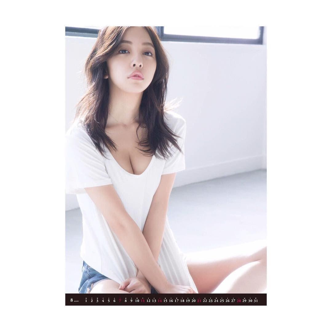 板野友美がインスタグラムに投稿した無防備すぎる胸元丸見え画像