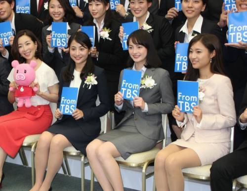TBSの新入社員を激励したに入社した真矢ミキ(前列左端)と、入社した(左2人目から)日比麻音子、山本恵里伽、伊東楓の各アナ