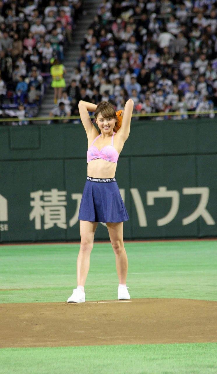 始球式で投げる松元絵里花