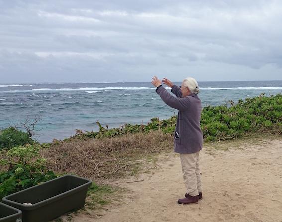 海ガメを呼ぶ真栄田さん