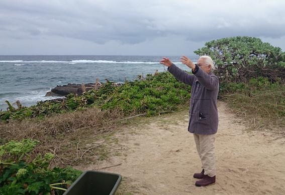 海ガメを呼ぶ真栄田さん2