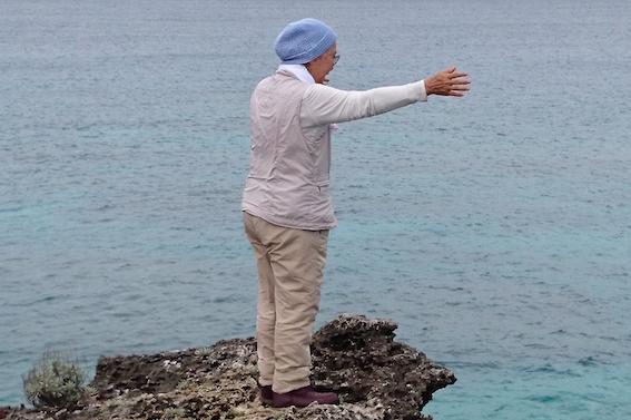 伊敷浜で魚を呼ぶ真栄田さん