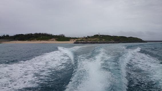 高速艇で島を後にする