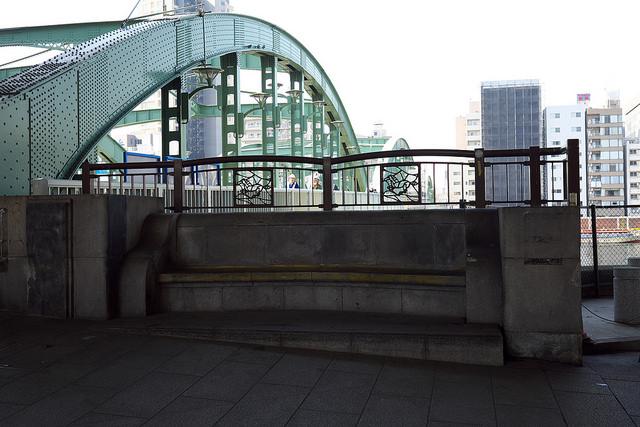 本所戦災地蔵尊007厩橋東詰ベンチ