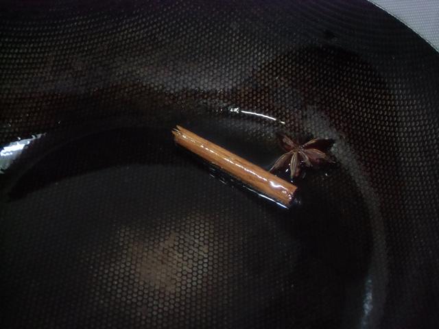 八角シナモンをじっくり炒める