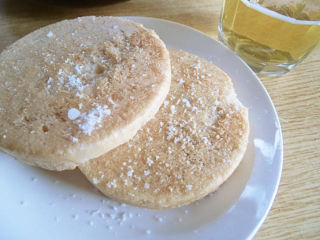 さらに塩をかけてビールを飲む