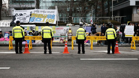 ソウル日本大使館前