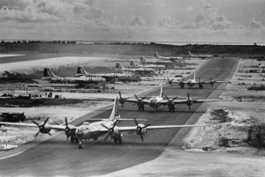 テニアンから発進するB-29
