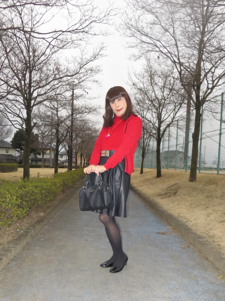 赤ツインニット黒皮スカート(4)