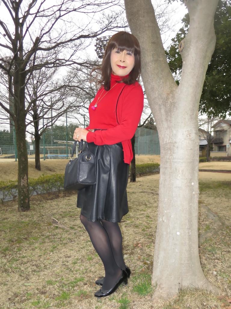 赤ツインニット黒皮スカート(6)