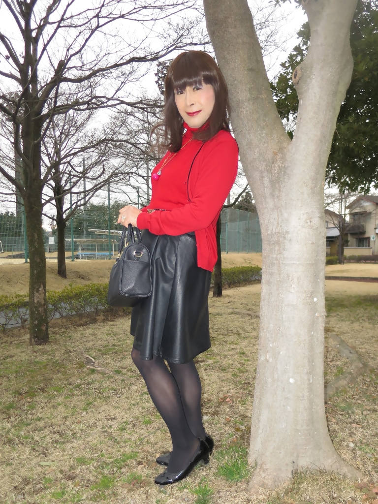 赤ツインニット黒皮スカート(5)