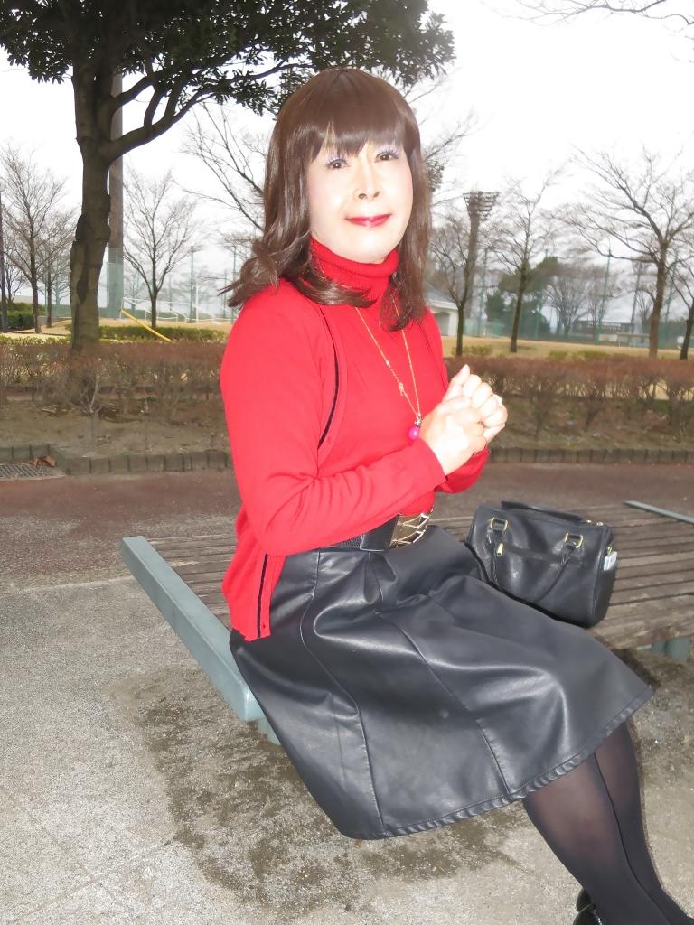 赤ツインニット黒皮スカート(7)