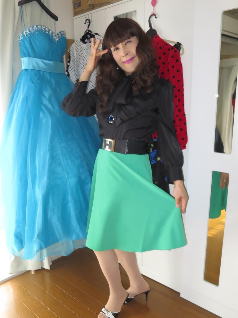 ●緑スカート黒ブラウス室内B(1)