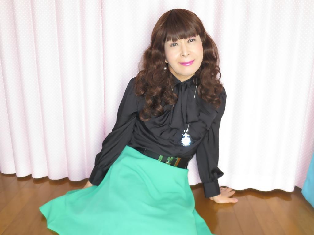 ●緑スカート黒ブラウス室内B(2)