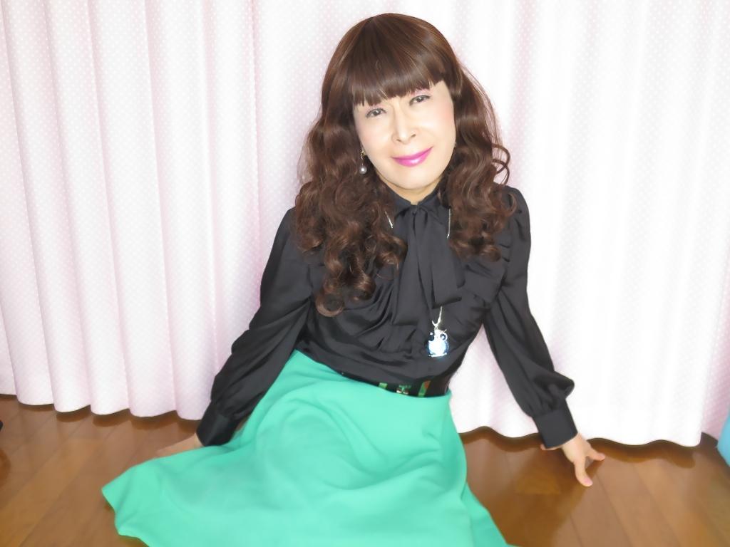 ●緑スカート黒ブラウス室内B(3)