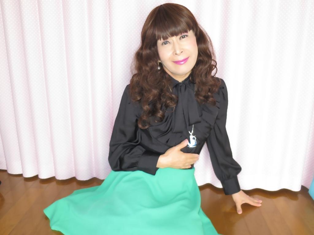 ●緑スカート黒ブラウス室内B(4)