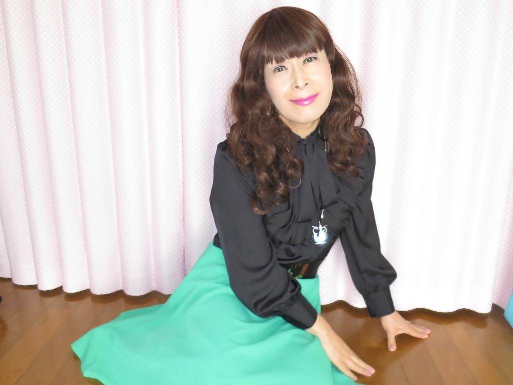 ●緑スカート黒ブラウス室内B(5)