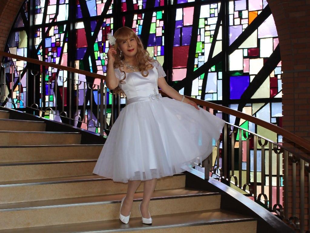 白ショートドレス階段横画像E(6)