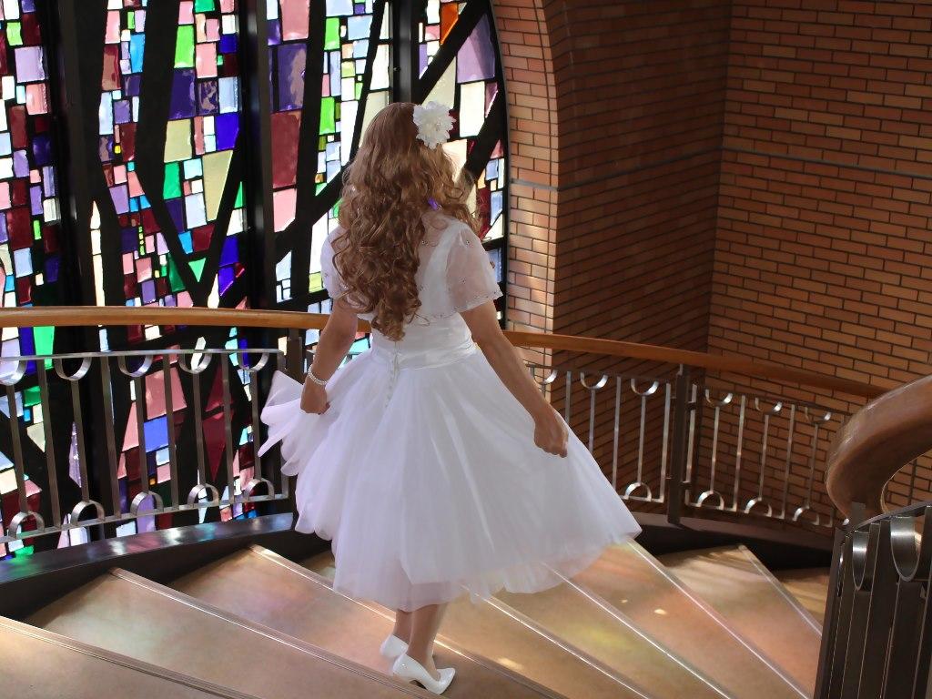 白ショートドレス階段横画像E(10)