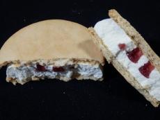 デザートスタイル木苺のレアチーズケーキサンドアイス
