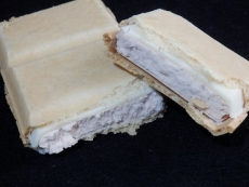 ホワイトチョコ&ストロベリーモナカ